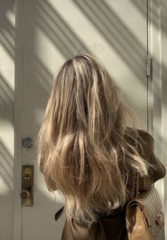 Image uploaded by K❁. Find images and videos about fashion, hair and girls on We Heart It - the app to get lost in what you love. Blonde Hair Looks, Brown Blonde Hair, Hair Inspo, Hair Inspiration, Hair Color And Cut, Dream Hair, Bad Hair Day, Pretty Hairstyles, Hair Goals