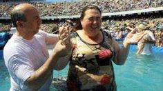 Una mujer participa de un bautizo masivo. - Proporcionado por BBC World Service Trading Limited