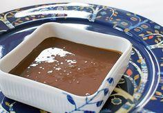 God opskrift på lækker chokoladesauce til is eller kage.