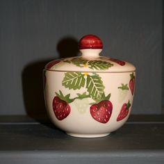 """Sucrier fraises """"Strawberry and Cream"""" en faïence anglaise artisanale. Chez Esprit British : http://www.esprit-british.com/?s=fraises&post_type=product"""