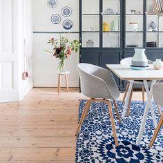 De droom van iedere interieurontwerper is natuurlijk een woning die je elke week kunt veranderen. Liefst zou Danielle dat ook doen met haar ruim honderd jaar oude herenhuis in Utrecht, maar voor haar man en dochters houdt ze zich in. Kom je binnenkijken in hun Jugendstilpand? Interior Inspiration, Dining Chairs, Sweet Home, Utrecht, Furniture, Home Decor, Interiors, Kitchen, House