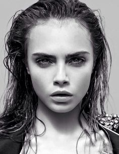 Cara Delevinge/enkelt wet hair look
