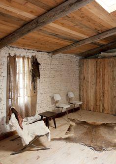 La madera en el techo y la crudeza de la pared dan a este espacio la personalidad #rústica que tan bien viste a las #cabañas.