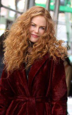 Un moto di nostalgia? No, esigenze di copione hanno spinto la (ex) bionda Nicole Kidman a riportare in auge il suo ramato di circa trent'anni fa. E il risultato è strepitoso. Della serie: guardare al passato per prendere lezioni di bellezza per il presente Nicole Kidman, Long Curly Hair, Curly Hair Styles, Cabelo Inspo, Look Star, Natural Redhead, Curly Girl Method, Strawberry Blonde, Hair Today