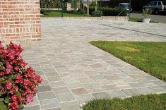 Oprit - grijze betonklinkers Cottage Toilets, Landscape Design, Garden Design, Garden Paving, Back Gardens, Pavement, Montpellier, Go Outside, Bird Houses