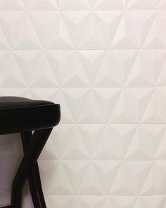 A pureza do branco e o volume da cerâmica Origami @elianerevestimentos.  #villabelarevestimentos #arquitetura #architecture #interior #arquiteto #architect #archilovers #decorador #decor #decoração #design #designinteriores #inspiração