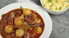 Krydret biff- og løkgryte En klassisk gresk gryterett som smaken vidunderlig. 1 kg oksestek0.5 dl olivenolje750 g hele perleløk3 fedd hvitløk (skåret i to)1.25 dl rødvin1 stk kanelstang4 hele nellik1 stk laurbærblad1 ss rødvinseddik2 ss tomatpure2 ss korinter (/små rosiner) Rens kjøttet, og fjern hinner og overflødig fett. Skjær