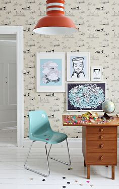 Mokkasin: kompis-posters. » Love everything about this space, the fun wallpaper, cute prints, great chair!