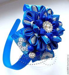 Купить или заказать Цветок канзаши на ободок, заколку, съемный в интернет-магазине на Ярмарке Мастеров. Аксессуары для украшения волос универсальны, и могут использоваться в любой ситуации. Сегодня украшения для волос доступны в любых формах, цветах и размерах, любая женщина может выбрать что-нибудь себе по вкусу.Так и этот цветок можно носить как на ободке , так и на заколке-уточке. И ободок и заколка-уточка прилагаются.