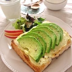 忙しい朝。。。 パパッと簡単にできて、栄養価の高いアボカドを使ったトースト♪ 1日のはじまりに … いかがでしょう^^
