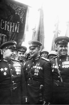 """""""Victory parade"""" 24ijunja 1945. Moscow. The Soviet Union. Group consolidated Regiment 1-St Ukrainian front in the victory parade. First left is the hero of the Soviet Union, the fighter pilot Colonel Pokryshkin, the second left — twice hero of the Soviet Union as a fighter pilot Maj. Glinka. Third from left is the hero of the Soviet Union guards major Slavyansci"""