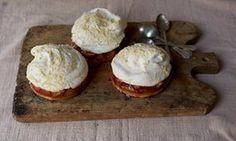 Plum and vanilla meringue cakes