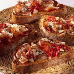Bruschetta alla Pancetta recipe - The Taste of Calabria Antipasto, Bruschetta Recept, I Love Food, Good Food, My Favorite Food, Favorite Recipes, Crostini, Bruchetta, Food Humor