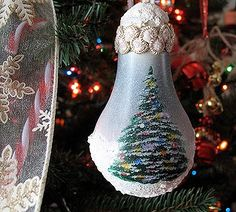 These DIY Light Bulb Ornaments will be fantastic additions to your Christmas decorations! Recycled Light Bulbs, Light Bulb Crafts, Painted Light Bulbs, Christmas Ornament Crafts, Noel Christmas, Homemade Christmas, Holiday Crafts, Christmas Ideas, Christmas Decorations