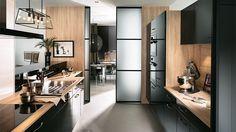 Cuisine couloir chic, la cuisine en I est plutôt destinée aux superficies réduites de 5 à 10 m².Cette implantation n'utilise qu'un seul pan de mur, mais est équipée comme une grande. Elle est idéale pour les petits espaces et les cuisines ouvertes. Elle fait le bonheur des habitants des villes qui disposent souvent de cuisines exiguës, quand ce n'est pas un appartement d'une pièce...