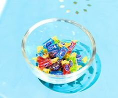 Geeks On Food: How to Melt Jolly Ranchers Homemade Lollipops, Yummy Treats, Sweet Treats, Jolly Rancher Hard Candy, Hunger Games Party, Candy Crafts, Modeling Chocolate, Glass Candy, Candy Recipes