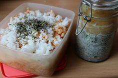 Ich bin ja immer neugierig, was andere so in iher Brotbox  haben. Johanna hat für uns den Deckel abgemacht und präsentiert Vanille-Chia-Pudding mit Apfelmus für das Frühstück und Reis mit würziger Sauce und Blüten- und Kräutermischung für die Mittagspause.