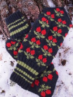 Items similar to Finely Hand Knitted Seto (Estonian) Mittens in Siberian style with Berries on Etsy - Herzlich willkommen Mittens Pattern, Knit Mittens, Knitted Gloves, Knitting Socks, Fall Knitting, Fair Isle Knitting, Craft Patterns, Knitting Patterns, Yarn Inspiration