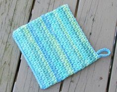 If you are someone who loves to cook, this crochet potholder pattern will be a great project for you. Even if you hate to cook like me, this will still be something you find interesting. Hey, you love to crochet… Crochet Patterns For Beginners, Easy Crochet Patterns, Knitting Patterns, Crochet Ideas, Free Knitting, Easy Patterns, Tutorial Crochet, Scarf Patterns, Knitting Machine