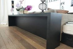 Een tafel/bureau achter de bank. Voor als je eens thuis wil werken
