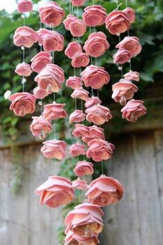 This DIY Felt flower chandelier is genius! - This DIY Felt flower chandelier is genius!This DIY Felt flower chandelier is genius! felt crafts felt ideas easy felt crafts things to make with felt felt DIYs felt gifts to make felt tutorials felt flower Felt Roses, Felt Flowers, Diy Flowers, Fabric Flowers, Pink Roses, Hanging Paper Flowers, Flower Diy, Paper Flower Garlands, Material Flowers