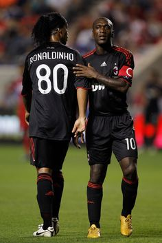 Clarence Seedorf y Ronaldinho Madrid Football, Football Awards, Fifa Football, Best Football Players, Football Is Life, National Football Teams, Soccer Players, Ronaldo, Pier Paolo Pasolini