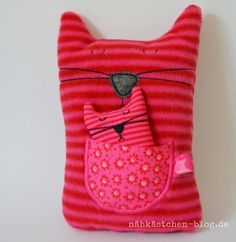 Momma cat and kitten soft toys. Baby Sewing Projects, Sewing For Kids, Fabric Toys, Fabric Crafts, Sewing Toys, Sewing Crafts, Couture Cuir, Monster Dolls, Cat Pillow