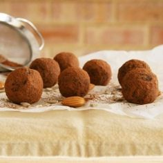 Raw vegan cacao truffles with a gorgeous gooey and aromatic filling. Healthy Food Blogs, Good Healthy Recipes, Unique Recipes, Clean Recipes, Raw Food Recipes, Snack Recipes, Snacks, Vegetarian Food, Vegan Food