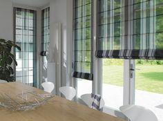 Raffrollo wohnzimmer Zimmer mit Fenster mit Blick auf den Garten