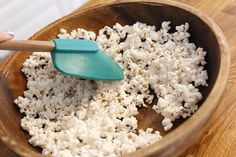 Add seasonings to popcorn right after you've popped it, when the residual steam will help them stick. Use healthy popcorn seasonings for a nutritious snack. Free Popcorn, Pop Popcorn, Air Popped Popcorn, Low Calorie Popcorn, Healthy Popcorn, Healthy Snacks, Healthy Eating, Popcorn Toppings, Popcorn Recipes