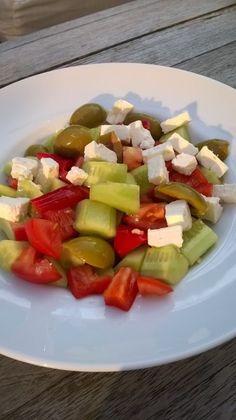 Griekse salade Fruit Salad, Menu, Cakes, Food, Shell, Menu Board Design, Fruit Salads, Cake Makers, Kuchen
