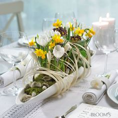 Spring table decoration - Daffodil, Daisies, Tulips and Co. bring color in a white radiant glow vessels Easter Table Decorations, Party Centerpieces, Decoration Table, Easter Decor, Deco Floral, Arte Floral, Easter Flowers, Spring Flowers, Spring Decoration