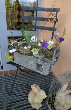 Metall-Bierkasten mit Blumenschmuck - Karin Urban - NaturalSTyle the beer crate integrates well into Deco Floral, Creative Activities, Deco Table, Craft Sale, Porch Decorating, Ladder Decor, Crates, Diy Home Decor, Diy And Crafts