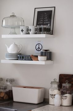 kitchen shelves in shades of white, grey and earth colours Gray Interior, Interior Exterior, Kitchen Interior, Interior Design, Kitchen Shelves, Kitchen Dining, Kitchen Decor, Open Kitchen, Kitchen Styling