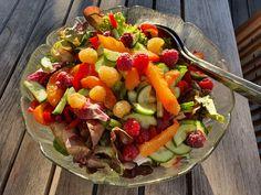 Feine Blattsalate vertragen sich hervorragend mit Beeren und Früchten wie Pfirsich oder Marille. Und grade jetzt kann man nicht nur die Salate frisch aus dem Garten holen, sondern auch die Beeren und Marillen. Unser Pfirsichbaum hat sich leider nie dazu bequemt, irgendetwas zu tragen.    #Beeren #Salat Cobb Salad, Food, Baked Cod, Mixed Green Salads, Elder Flower, Berries, Fresh, Food Portions, Meal