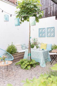 Dekoideen für die Kaffeetafel im Garten im Sommer mit Lampions, Blumen und Tischdeko in Mintgrün für das Kaffeekränzchen mit Freundinnen