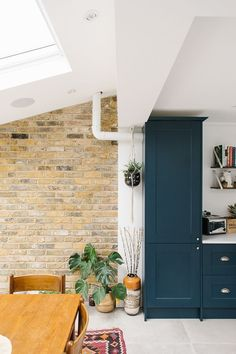 Kitchen Makeover Hanging Plant In Side Return Kitchen Extension - Image By Adam Crohill - A London Victorian terrace with side return extension, mid-century style furniture and modern accents Open Plan Kitchen Living Room, Home Decor Kitchen, Kitchen Interior, New Kitchen, Kitchen Dining, Plants In Kitchen, Awesome Kitchen, Brick Slips Kitchen, Exposed Brick Kitchen
