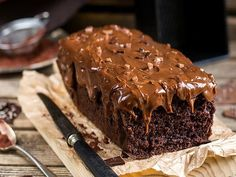 Are you looking for something really easy and fast yet delicious and vegan? Then you should definitely try my Easy Chocolate cake! Chocolate Brownies, Vegan Chocolate, Chocolate Recipes, Simply Recipes, Sweet Recipes, Delicious Deserts, Yummy Food, No Cook Desserts, Food Dishes