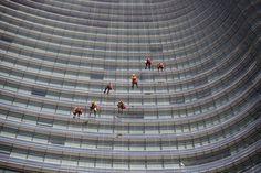 Contaminación en China, operarios limpiando los cristales de la torre Unicredit, preparativos en el portaaviones Eisenhower... Te mostramos las mejores fotos de la jornada