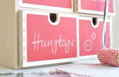 DIY: Schubladenbox mit selbstklebendem Tafelstoff bekleben I chalkboard fabric I selber machen I Ikeahack I Rot, Natur, Holz