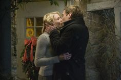 Cameron Diaz as Amanda Woods and Jude Law as Graham Simpkins in The Holiday (2006).