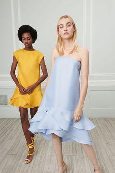 The complete Oscar de la Renta Resort 2019 fashion show now on Vogue Runway. Haute Couture Style, Couture Mode, Couture Fashion, Runway Fashion, Trendy Fashion, Fashion Models, High Fashion, Womens Fashion, Fashion Trends