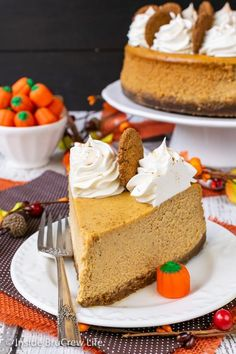 Easy Pumpkin Cheesecake - lots of spices make this creamy pumpkin cheesecake taste amazing. Make this easy recipe for Thanksgiving dinner. Best Pumpkin Cheesecake Recipe, Vanilla Bean Cheesecake, Pumpkin Recipes, Pumpkin Cakes, Pumpkin Ideas, Delicious Desserts, Dessert Recipes, Pie Recipes, Yummy Food