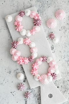 Pink girly meringue wreaths impressive pavlova like dessert! Meringue Pavlova, Meringue Desserts, Meringue Cookies, Mini Desserts, Meringue Food, Plated Desserts, Pretty Cakes, Beautiful Cakes, Mini Meringues