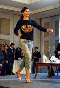 deepika-padukone-shakes-a-leg-at-the-promotions-of-happy-new-year.