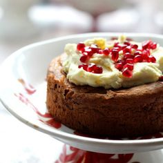 At the height of the season spice, make persimmon cake topped with fresh pomegranate seeds. (in Polish)