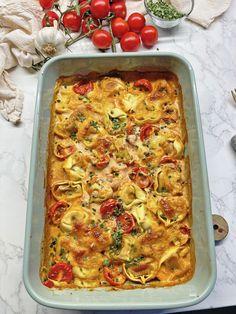 Schnell gemachte Ofen-Tortellini mit 4 Hauptzutaten in 20 Minuten. Es ist ein herzhaftes Essen, dass sehr alle Pasta Liebhaber lieben werden. Es sind gefüllte Tortellini mit einer Sahne-Tomatensoße und mit Mozzarella überbacken. Ein Klassiker, dass die ganze Familie lieben wird. So einfach geht das Ofen-Tortellini Rezept.Zuerst wird der Knoblauch geschält.Dann die Cherry-Tomaten gewaschen und halbiert.Nun …