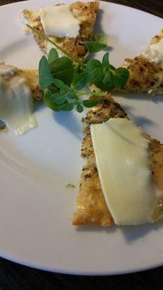Pizza för äggfasta, 1 kolhydrat. En favorit som är värd att publiceras på nytt! Recept: 3 ägg 60 g riven ost En nypa Pizzakrydda En nypa Oregano * Blanda samman ägg, ost och pizzakrydda. Häll
