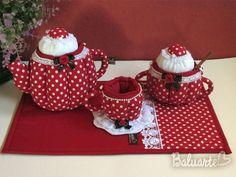 :::SUGESTÕES DE USO:  Utilizado para guardar sachês de chá, bombons, balas, sachês de açúcares/adoçantes, decoração, etc.  Tudo para deixar aquele momento do chá, café, ou lanches com muito requinte e bom gosto. Pode ser usado também para decorar mesas em festas, chá de bebê, batizados, ou para menininhas enfeitar sua casinha de bonecas.    :::::MEDIDAS  Bule: 22x15  Açucareiro: 20x10  Xícara: 15x7  Mug rug: 40x25    ::::::::DETALHES  kIT 5 PEÇAS  Bule  Açucareiro  Colher de pau  Xícara…