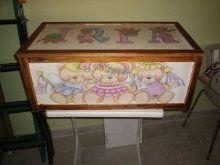 Caja de jugetes  de madera y decorada con pintura y barniz